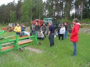 Boris Lindgård justerar tistelskäraren innan demonstration i vetefältet