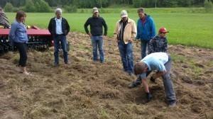 Boris Lindgård visar arbetsdjup vid kultivering