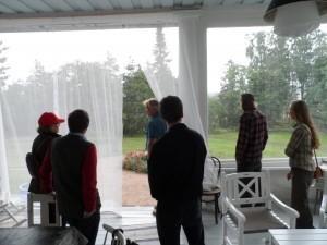 Medan regnet smattrade på taket avnjöt vi hembakt äppelkaka och nybryggt kaffe på terrassen