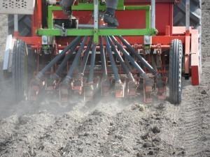 Försökssåmaskinen och personal kommer från Nylands Svenska Lantbrukssällskap.