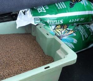 Gödsel till odservationsskiftet: Viljo (benmjöl NPK 8-5-2) och Fertiplus (pelleterad hönsgödsel NPK 4-3-3)