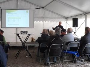 I tältet kunde man ta del av dagens många föreläsningar, här presenterar Hushållningssällskapets Per Ståhl försöksresultat av bandsådd och olika radavstånd.