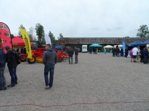 Många utställare trängdes på Slätte Gårds gårdsplan