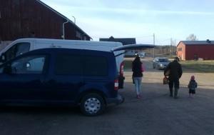 De första kunderna har fått sin potatis och fler bilar anländer till Västankvarn Gård som fungerar som träffpunkt för REKO Västankvarn.