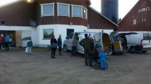 Det är utanför ladugården som utdelningen sker.Här erbjuds man också att köpa mjölk direkt från gården!