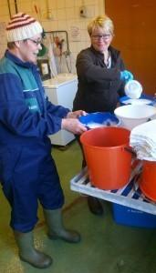 Trude och Ulrika häller upp den skummande gårdsmjölken.