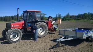 Utrustningen på plats, Såmaskin och personal från NSL och traktorn lånades av bonden själv.