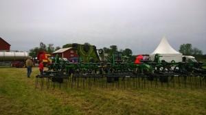 Flera stora maskiner fanns på plats, många var gårdens egna, men också maskinfirmor presenterade maskiner under dagen.